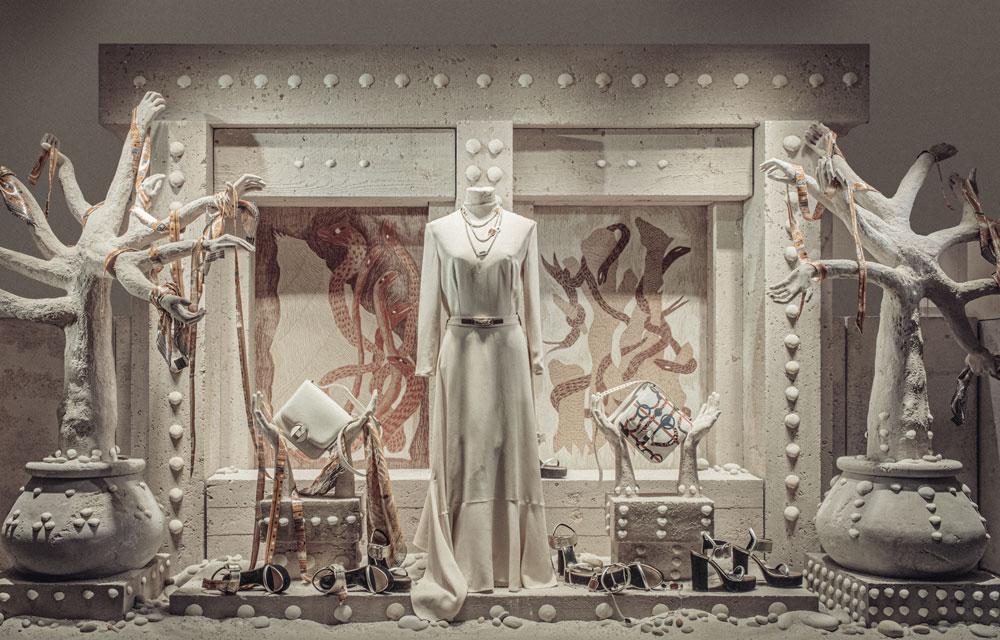 Les vitrines Hermès habillées par des coquillages préparés spécialement par Ovive